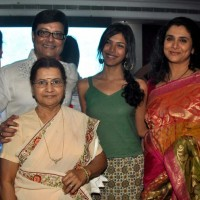 Sachin Pilgaonkar with family- mother,daughter Shriya,Wife Supriya