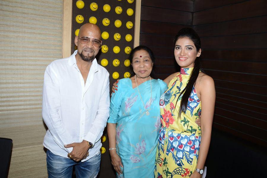 Producer Alok Shrivastava, Asha Bhosle & Mrinmai Kolwalkar