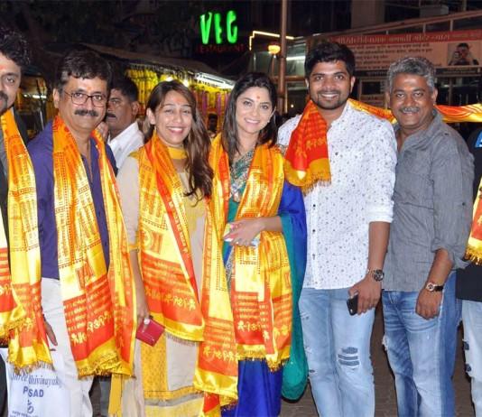 Poshter Girl Team seeks blessings from Siddhivinayak