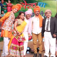 Amir Khan with Zee Marathi's Chala Hava Yevu Dya Starcast