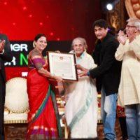 Seema Deo Receiving Jeevan Gaurav award with family