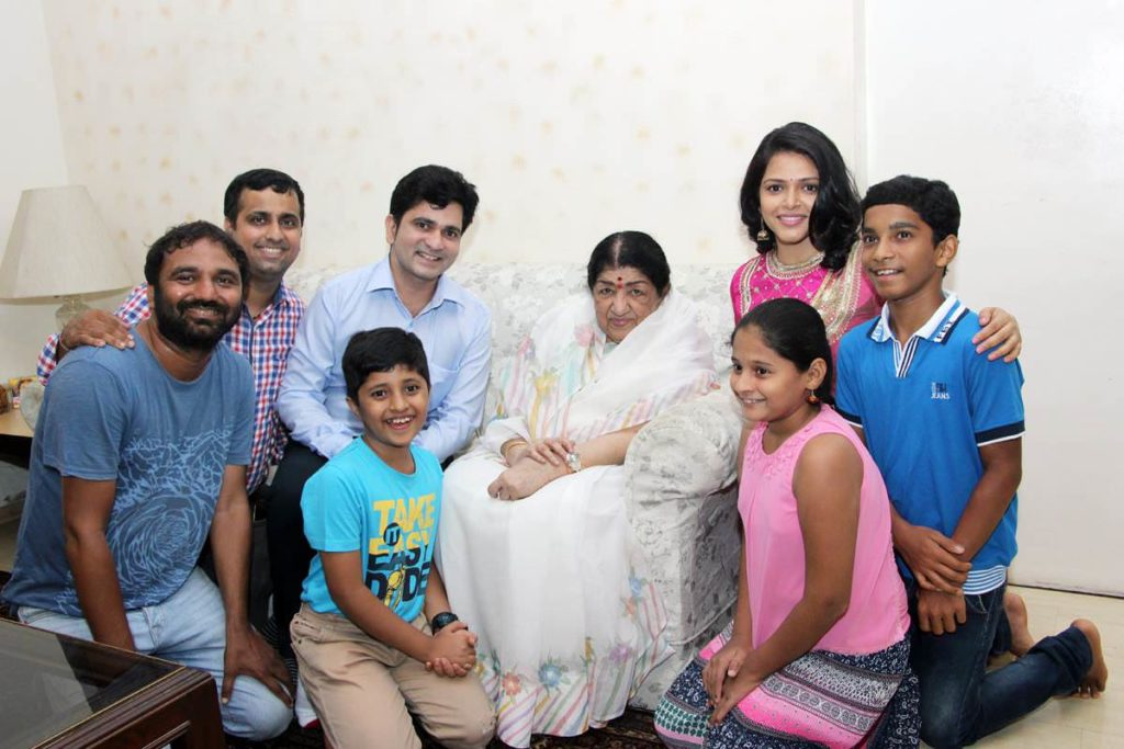 Team Andya Cha Fandya with Lata Mangeshkar