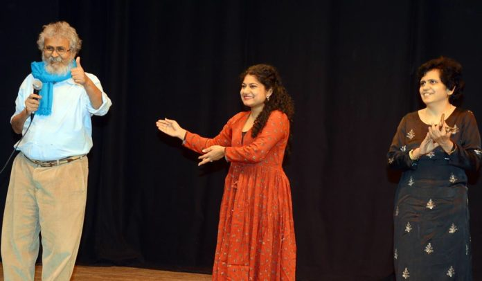 (L-R) Director Manoj Shah, writer Gita Manek and actress Manasi Joshi
